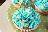 Zitronen-Cupcakes mit Hyazinthen-Dekoration
