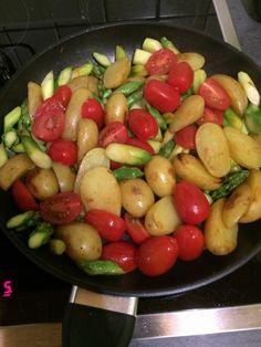 Gebratener grüner Spargel mit Kirschtomaten und Kartöffelchen 1