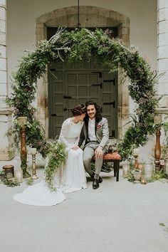 Si te apasionan las flores y las quieres en tu boda, te traigo un tutorial para poder realizar una corona gigante con flores.¡No te pierdas este DIY!