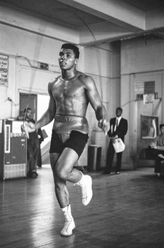 his bout against Archie Moore in October, 1962 in Los Angeles, California. Mohamed Ali, Kick Boxing, Sports Illustrated, Archie Moore, Boxing Images, Muhammad Ali Boxing, Boxing Champions, Photo Vintage, Sport Icon