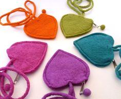 Vilten hartjestasjes | De Viltwinkel Deze ontzettend leuke vilten hartjestasjes zijn onweerstaanbaar! Leuk zoals ze zijn of om zelf nog te versieren met bv vilt. Zeer geschikt voor naaldvilten! www.deviltwinkel.nl