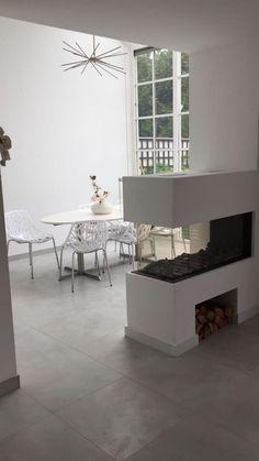 Prachtig resultaat van een woningrenovatie in Amsterdam. De woonkamer en badkamer zijn betegeld met onze grijs/wit Beton Cire look tegels in het formaat 60×60. De sfeer is heel goed bepaald door de juiste kleuren en contrasten die uit de keuze van de meubels voortvloeien. Beton Cire is een veel gezocht product voor wanden en bij Tegels & Laminaat verkrijgbaar in keramische vorm tegen een betaalbare prijs! Home Kitchens, Showroom, Tile Floor, New Homes, Dining Table, Flooring, Living Room, Furniture, Home Decor