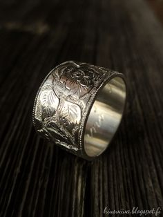 Ruusukuvio kaiverrettuna sormuksen pinnalle. - Engraved sterling silver ring.