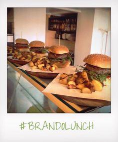 Il Brando a pranzo! #brandoburger e patate o insalatona + acqua + birra o bibita e caffè: 10 euro (dal lunedì al venerdì)  Vi aspettiamo! ☀️🍔 #brandolunch #brandopeople #washington54 #milano  facebook.com/brandobistrot
