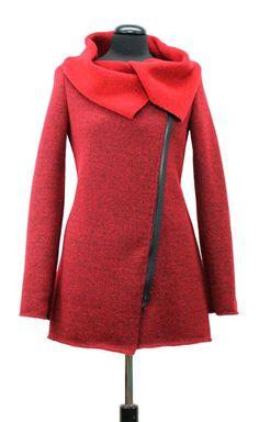 Das Schnittmuster kann aus festen Strickstoffen oder dünnem, elastischen Walkloden verarbeitet werden. Die Jacke wird mit einem 60cm langen Reißverschluss geschlossen. Der Schnitt Zossen ist...