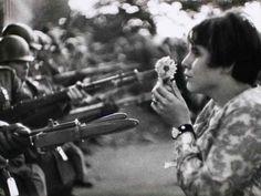 """De 3 a 5 de julho, na Caixa Cultural, o show """"Pra não dizer que não falei das flores"""" presta homenagem às músicas produzidas no período da Ditadura Militar."""