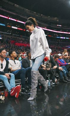 11/4/17: Kendall and Justine at the LA Clippers and Memphis Grizzlies game at the Staples Center in Los Angeles