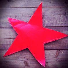 Kraam kado; sterren behang uitgeknipt en rondom met blauw stiksel genaaid, met erin het kadootje!