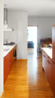 Vista de la cocina que aprovecha el pasillo como zona de trabajo. Diseño y reforma de 08023 Arquitectos - Barcelona