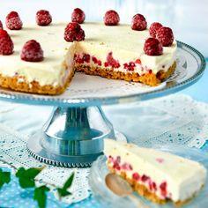 Ljuvlig cheesecake med fyllning som smaksatts med vanilj och hallon. Foto Roger Olsson