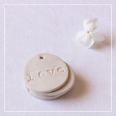 Médaillons ronds en argile «LOVE» • Lot de 10