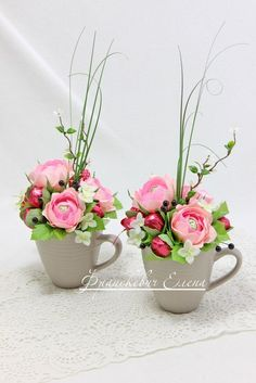 Candy paper flower bouquet in a cup Candy Flowers, Paper Flowers Craft, Crepe Paper Flowers, Flower Crafts, Chocolate Flowers Bouquet, Candy Bouquet Diy, Rose Arrangements, Candy Gifts, Deco Table