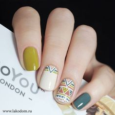 vernis a ongles nail art vert blanc beigne motif ethnique traits tendance mode automne hiver 2018 2019 nail polish nail art green white donut ethnic pattern features trend fashion fall winter 2018 2019 Pink Nails, My Nails, Green Nails, Polish Nails, Shellac Nails, Tribal Nails, Fall Nail Art Designs, Nails 2018, Trendy Nail Art