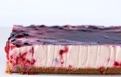 Tarta de yogur y frutos rojos sin horno. Muy fácil de preparar, sin gluten y sin azucar. Ideal como postre, merienda o hasta como desayuno.