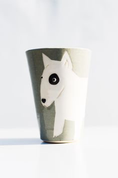 A handpainted mug called Mutmug. This is the Bullterrier. These mugs comes with many different kind of dog-types as motifs. Kinds Of Dogs, Types Of Dogs, Planter Pots, Hand Painted, Dog Types