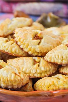 These delicious Harry Potter-inspired homemade pumpkin pasties taste just like pumpkin pie, and they're so easy to make! Harry Potter Snacks, Harry Potter Pumpkin, Harry Potter Halloween, Harry Potter Recipes, Yummy Snacks, Yummy Food, Pumpkin Pasties, Every Flavor Beans, Dessert Recipes