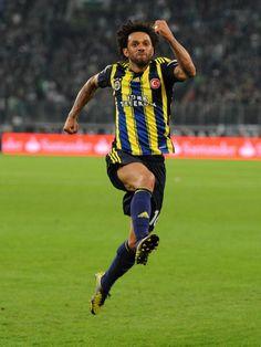 Cristian Baroni von Fenerbahce Istanbul feiert sein Tor zum 1:1 gegen den VfB Stuttgart in der Europa League mit einem mächtigen Sprung. (Foto: Daniel Naupold/dpa)