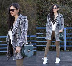 серое пальто с белыми кроссовками