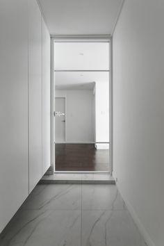 Super Modern Metal Front Door Home 24 Ideas 1930s House Interior, Apartment Interior, Garage Door Trim, Folding Closet Doors, Country Home Exteriors, Closet Door Makeover, Sequin Bridesmaid Dresses, White Doors, Painted Doors