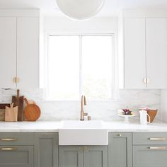 14 Ways to Update an Ugly Rental Kitchen - Apartment Decorating Rental Kitchen, Home Decor Kitchen, Kitchen Interior, Home Kitchens, French Kitchens, Kitchen Ideas, Ugly Kitchen, New Kitchen, Kitchen Grey