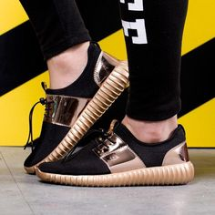 Styles and block footwear, seek our assortment of chic streetwear shoes and swimming trainers. Sneakers Looks, Shoes Sneakers, Nike Shoes, Trendy Shoes, Casual Shoes, Casual Chic, Tennis Shoes Outfit, Tennis Dress, Expensive Shoes