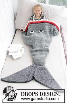 Shark Attack Blanket / DROPS Children 28-13 - Gehaakte haai-deken voor kinderen. Maat 3-14 jaar Het werk wordt gehaakt in DROPS Eskimo.