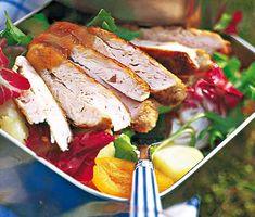 Välsmakande och delikat ljummen kycklingsallad med chutney. En uppskattad, klassisk kycklingsallad. Skivad potatis och saftiga kycklingfiléer toppas med röd lök, sparris, solroskärnor och spännande chutney. Mango, Pork, Meat, Chicken, Country, Manga, Kale Stir Fry, Rural Area, Country Music