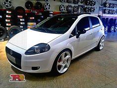 """Fiat Punto branco, rebaixado, rodas aro 19"""" DUB D10 branco pérola - Lowered white Fiat Punto with pearl white 19"""" DUB D10 rims"""