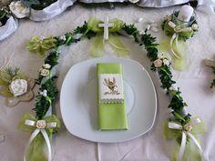 Schöne und festliche Dekoration in frischem Grün  Legen Sie diese Dekoration auf den Tisch und jeder sieht sofort, wo die Hauptperson des Tages sitzt. Die Ranke ist ca.90 cm lang und besteht...