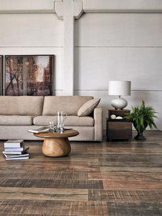 aspecto rustico, como se fosse uma madeira gasta pelo tempo. Esse efeito é comum em diversos produtos. O aspecto rustico mesclado com peças retas e neutras deixam o ambiente mais equilibrado.