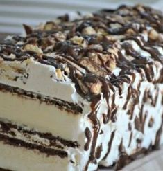 Cream Sandwich Cake Ice Cream Sandwich Cake - cheap and easy dessert!Ice Cream Sandwich Cake - cheap and easy dessert! Ice Cream Treats, Ice Cream Desserts, Frozen Desserts, Ice Cream Recipes, Easy Desserts, Delicious Desserts, Frozen Treats, Easy Ice Cream Recipe, Desert Recipes