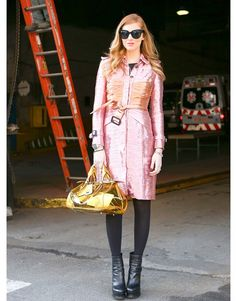Street Style Fashion Week New York trench rose sac transparent