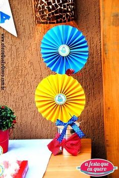 CENTRO DE MESA GALINHA PINTADINHA | A FESTA QUE EU QUERO | 265B45 - Elo7 Carnival Birthday Parties, Birthday Party Decorations, Party Themes, Farm Birthday, School Parties, Baby Party, Childrens Party, Paper Flowers, First Birthdays