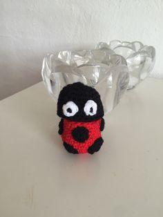 Ladybird crochet  Mariehøne  Lige for tiden bliver det ikke til meget hækling, men efterhånden er der kommet lidt stor forespørgsel blandt pigerne i min datters klasse på de fine kinder-æg hæklerier til fødselsdage. Jeg ...