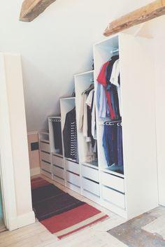 Garderob byggd under snedtak.