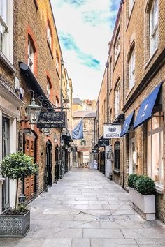 Lancashire Court in London's Mayfair is a beautiful little alley lined with shops. #mayfair #london #shops