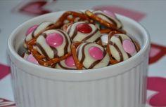 Солено-сладкий деликатес за 2 минуты (Diy)  Надо: соленые крекеры, шоколадные конфеты и драже M&M.