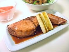 【nanapi】 電子レンジで手軽に作った煮魚です。上手に作るコツは、ラップのかけ方。ピッチリでもふんわりでもなく、落し蓋のように魚にくっつけてかけることで、きちんと味がなじんだ美味しい煮つけができあがります。もちろん煮崩れの心配もご無用。「煮魚って面倒くさそう」と思っていた方も、ぜひこの方法で...