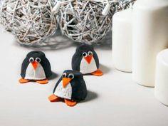 Pingüinos con conos de huevo