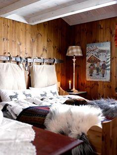 PÅ VEGGEN: Lag en sengegavl av en ski og to puter.