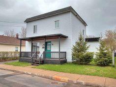 Maison à vendre à Trois-Rivières - 129900 $ Trois Rivieres, Construction, Deck, The Originals, Outdoor Decor, Home Decor, First Home, Detached Garage, Drawing Rooms