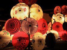 開催時期は、8月15日・16日の二日間。 踊りだけでなく、そのほかに展示された数々の灯篭も見物ですよ☆