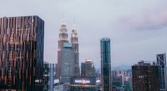 Kuala Lumpur: Van Petronas-tweelingtorings na Heli Lounge Bar P&o Cruises, Taipei 101, Kuala Lumpur, San Francisco Skyline, Vape, New York Skyline, Lounge, Travel, Smoke