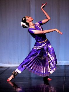 Kuchipudi solo Plus Folk Dance, Dance Art, Indian Classical Dance, Indian Colours, Indian Textiles, Indian Heritage, Dance Poses, Bollywood, Culture