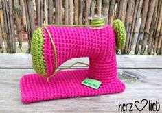Kostenlose Anleitung: Mini-Nähmaschine häkeln / free crochet diy: how to crochet a cute sewing machine via DaWanda.com