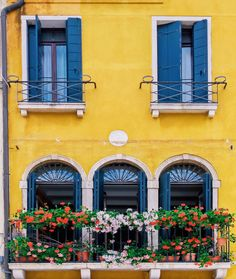 The most charming windows in Venezia, Italy | Planning a trip to Italy? Here is the perfect itinerary to see it all - Rome, Florence, Amalfi Coast, Cinque Terre, and more!