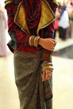 bohemian ethnic boho street fashion style - I love the printed wrap skirt - - bohemian ethnic boho street fashion style – I love the printed wrap skirt – www.karinaporushk… Source by KikiAddict - Ethno Style, Gypsy Style, Boho Gypsy, Hippie Style, Boho Chic, Hippie Chic, Ethnic Fashion, Look Fashion, Fashion Design