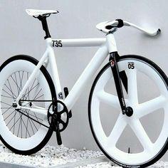 Fixie w/ white seat, frame & rims Fixi Bike, Fixed Gear Bicycle, Bike Rides, Velo Design, Bicycle Design, Bici Fixed, Velo Cargo, Velo Vintage, Vintage Bicycles