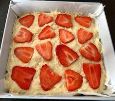 Ciasto jogurtowe z truskawkami - proste i pyszne! - Blog z apetytem Food Cakes, Cake Recipes, Good Food, Strawberry, Food And Drink, Fruit, Sweet, Blog, Impreza