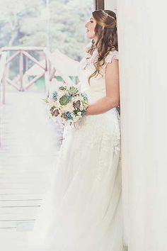 Vestido do Atelier Marie Lafayette   escolhido por Ana Paula. O casamento de Ana   Paula e Raphael foi   publicado no Euamocasamento.com, e as   fotos são de Studio Laura Campanella.   #euamocasamento #NoivasRio   #Casabemcomvocê